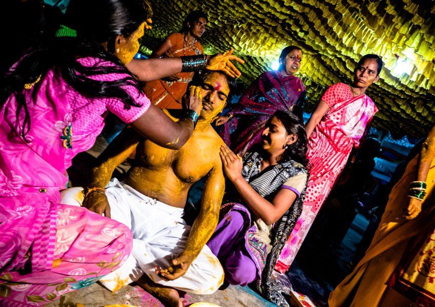 Preparazione dello sposo per il suo matrimonio del giorno successivo (Maharashtra 2015)