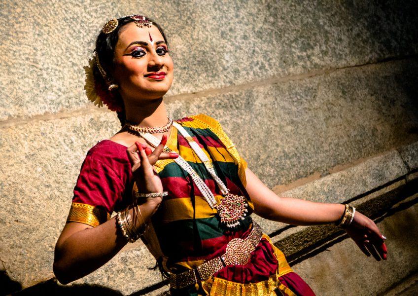 Una danzatrice in costume dopo uno spettacolo ad Hampi (Karnataka 2015)