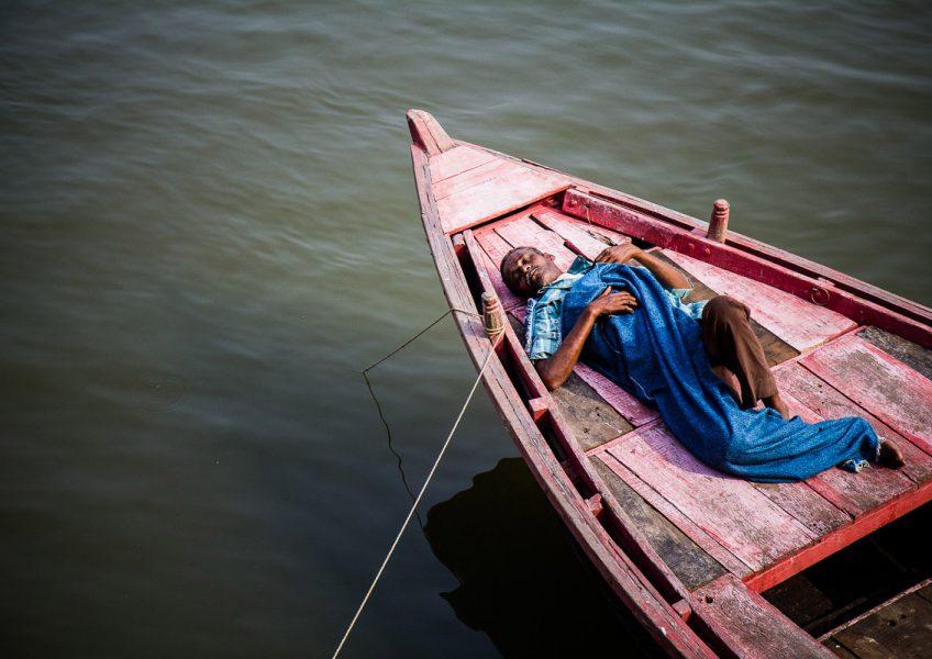 Un barcaiolo si riposa sulla sua barca (Varanasi, Uttar Pradesh 2012)