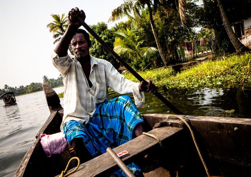 In canoa sui canali delle rigogliose backwaters (Alleppey, Kerala 2015)