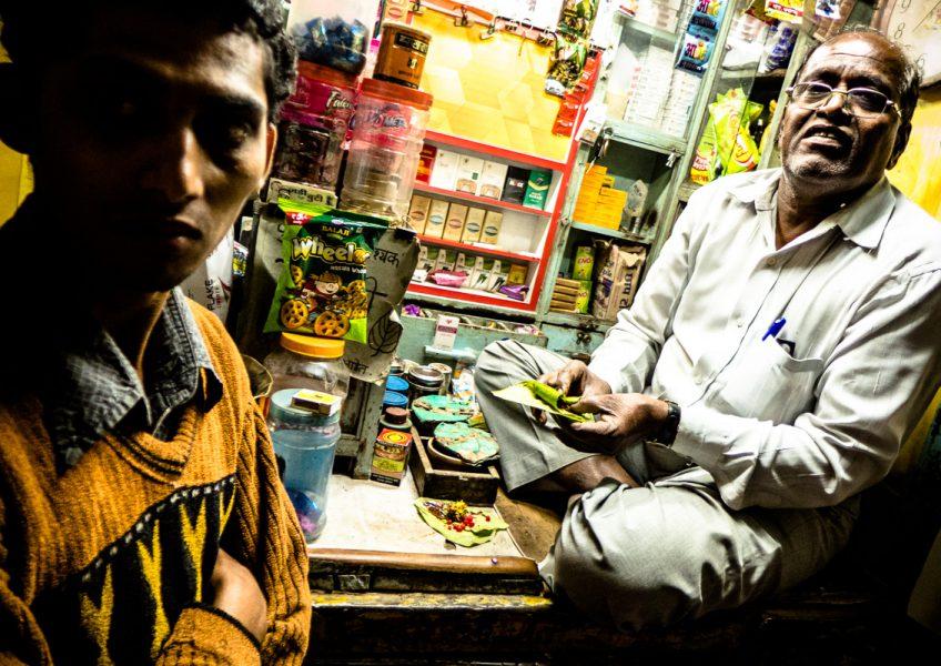 Un venditore prepara il paan nel tipico involto da masticare (Maharashtra 2015)