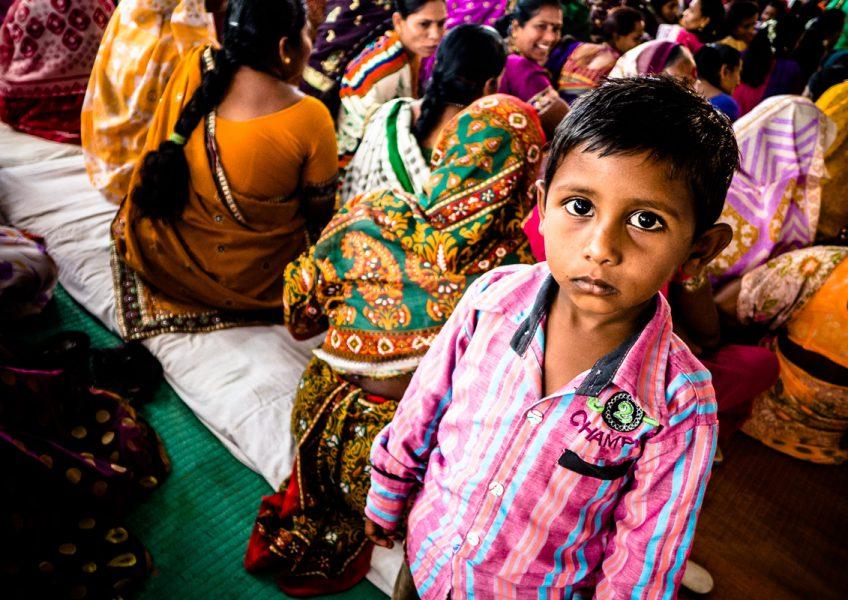 Bambino durante la celebrazione di un matrimonio (Maharashtra 2015)